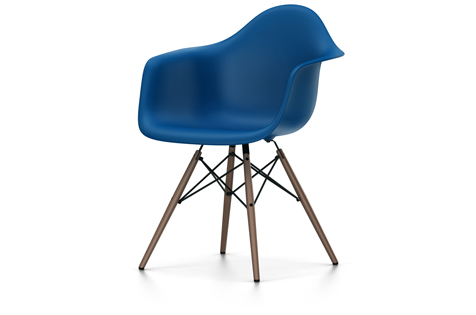 Vitra Eames Plastic Armchair DAW Ahorn dunkel , marineblau